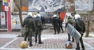 Μεταξύ σφύρας και άκμονος; Το ελληνικό σύστημα εξουσίας αποφασίζει